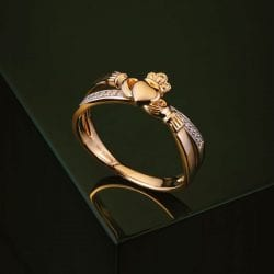 Claddagh Kiss Ring in 14K Gold